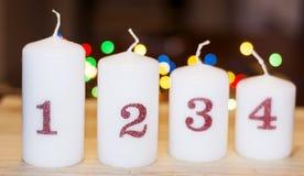 家庭装饰的四个圣诞节白色蜡烛 库存图片