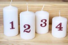 家庭装饰的四个圣诞节白色蜡烛 库存照片