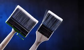 家庭装饰的目的两把中等大小油漆刷 免版税图库摄影