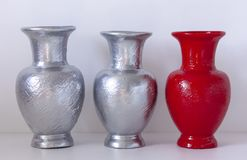 家庭装饰-在桌上的色的花瓶对白色墙壁 库存照片