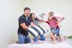 家庭观念和想法 有年轻白种人的家庭Playf 库存图片