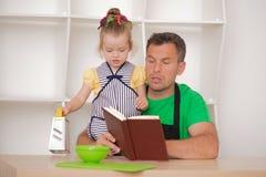 家庭观念,有父亲的逗人喜爱的小女孩 免版税库存照片