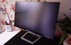 家庭计算机、桌面有个人计算机的和一台显示器的LCD IPS显示器与一条大对角线 免版税库存照片
