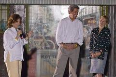 家庭讲话从阶段在室外凯利竞选集会,金曼, AZ参议员约翰・克里和 库存照片