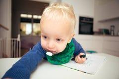 家庭设置的白肤金发的婴儿 库存图片
