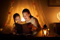 家庭读书上床时间 免版税库存图片