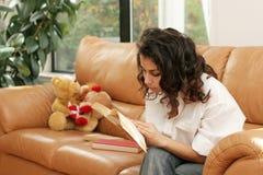 家庭读取 免版税库存照片