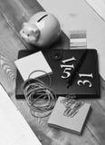 家庭财务构成 存钱罐和文具 图库摄影