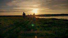 家庭走的海滩日落旅行假日 股票视频