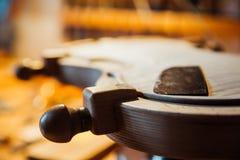 家庭车间 身体部位一把小提琴的在一台特别仪器的 库存照片
