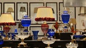 家庭辅助部件,水晶灯,水晶板材,水晶盘,玻璃杯子 库存照片