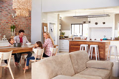 家庭进餐时间在家 库存照片