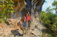 家庭远足,母亲和孩子在度假 免版税图库摄影