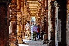 家庭通过Qutab Minar走在德里,印度附近 库存图片