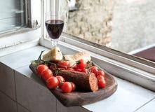 家庭酒开胃菜集合 玻璃红葡萄酒 免版税库存照片