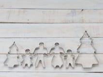 家庭金属曲奇饼或饼干切削刀用于特别是削减面团形状组成由父亲、母亲、兄弟、姐妹和杉木t 免版税库存图片