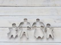 家庭金属曲奇饼或饼干切削刀用于特别是削减面团形状组成由父亲、母亲、兄弟和姐妹在r 免版税库存照片