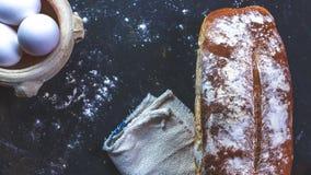 家庭面包和鸡蛋和餐巾 图库摄影