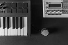 家庭音乐演播室dj和在黑暗的背景的生产商设备 免版税图库摄影