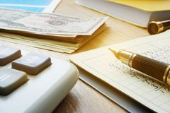 家庭预算处理 美金、计算器和笔记与财务演算 图库摄影