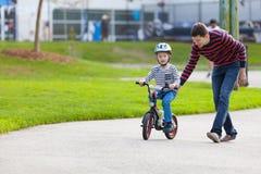 家庭骑自行车 免版税图库摄影