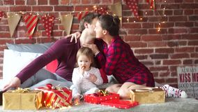 年轻家庭高兴地互相祝贺与圣诞节结婚 影视素材