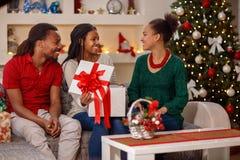 家庭,圣诞节,假日概念-交换圣诞节礼物 库存图片