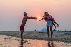 年轻家庭,日落 免版税库存图片