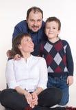 家庭:妈妈、爸爸和儿子玻璃的 图库摄影
