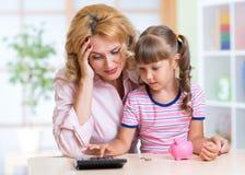 家庭-中部年迈的妇女和她的女儿与 库存图片