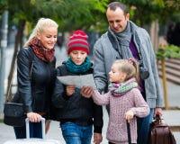 家庭读书城市地图 库存照片