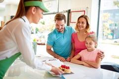 家庭购买蛋糕在糖果店商店 库存图片
