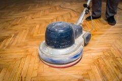家庭整修,木条地板铺沙,擦亮 库存图片