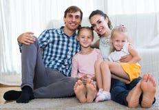 家庭价值观:父母画象有户内小女孩的 免版税库存照片