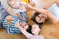 家庭价值观:父母画象有户内小女孩的 库存图片