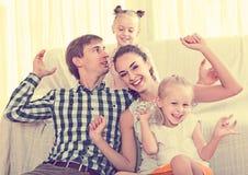 家庭价值观:父母画象有户内小女孩的 免版税库存图片