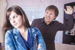 家庭暴力概念 情感地一起争论的男人和的妇女 库存照片