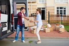 年轻家庭移动的房子 免版税图库摄影