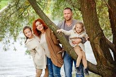 家庭-妈妈、爸爸和两个迷人的姐妹卷曲的同样的 免版税图库摄影