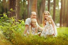 家庭-母亲、父亲和两个女儿白肤金发的开会在su 图库摄影