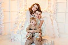 家庭-母亲、父亲和儿子明亮的衣物的接受o 免版税图库摄影