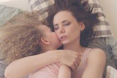 家庭 母亲和女儿容忍 免版税图库摄影