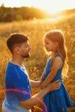 家庭 父亲和女儿 休闲 免版税库存图片