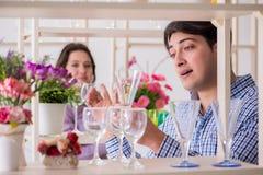 年轻家庭购物在商店 免版税库存图片