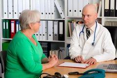 家庭医生审查一个女性前辈 库存图片