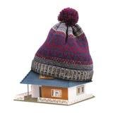 家庭绝缘材料或保险概念 在被隔绝的房子屋顶的帽子 库存图片