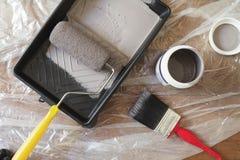 家庭绘画设备刷子路辗盘子顶上的看法  库存照片