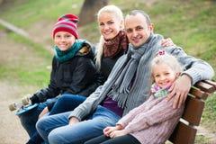 家庭画象与户外两个孩子的 免版税图库摄影