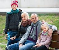家庭画象与户外两个孩子的 免版税库存图片