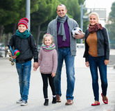 家庭画象与户外两个孩子的 免版税库存照片